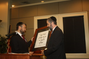 Congregation Beth Jacob Rabbi Ilan Feldman (right) presents an award to Rabbi Menachem Deutsch for his role in founding Temima. (photo by Ruby Grossblatt)