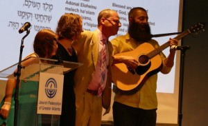 Photo by Michael Jacobs (From left) Sasha, Ana and Eric Robbins and Drew Cohen lead the Federation annual meeting in a closing rendition of the Shehecheyanu.