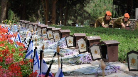 Israeli soldiers light candles on graves in the military cemetery on Mount Herzl (photo credit: Gili Yaari/Flash90)