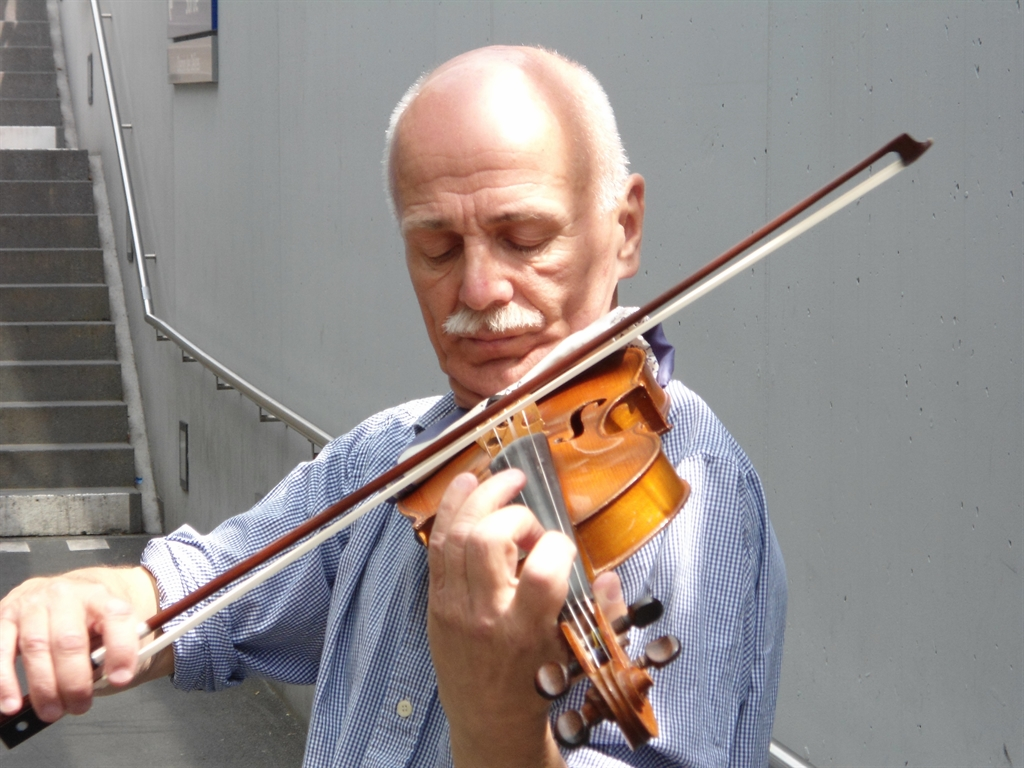 Ariel, the Fiddler on the Lausanne Metro (photo: Joella Klinghoffer)