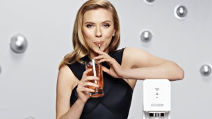 American Actress Scarlett Johansson with carbonation machine from Israel's SodaStream.  Photo: SodaStream