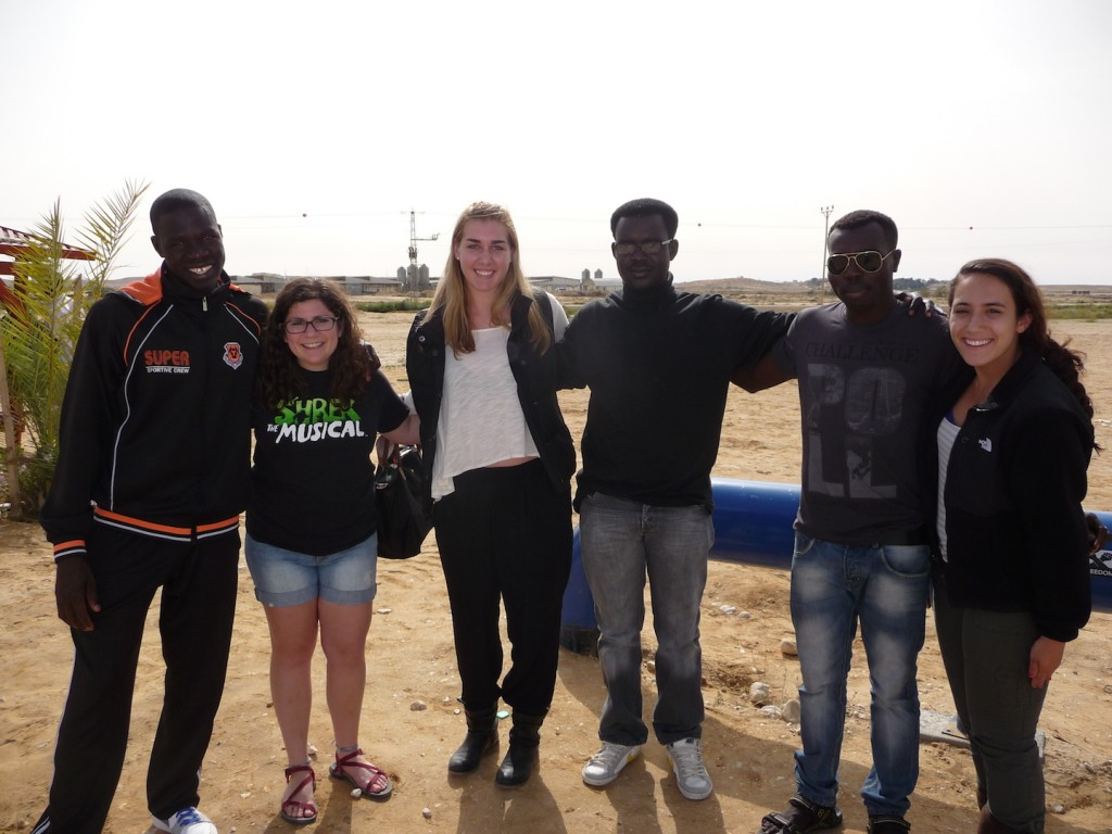 KIVUNIM participants and asylum seekers at the Holot detention facility. (Photo: Courtesy of KIVUNIM)