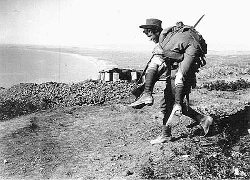 ANZAC soldier carrying a wounded comrade on Gallipoli (Photo: PD)