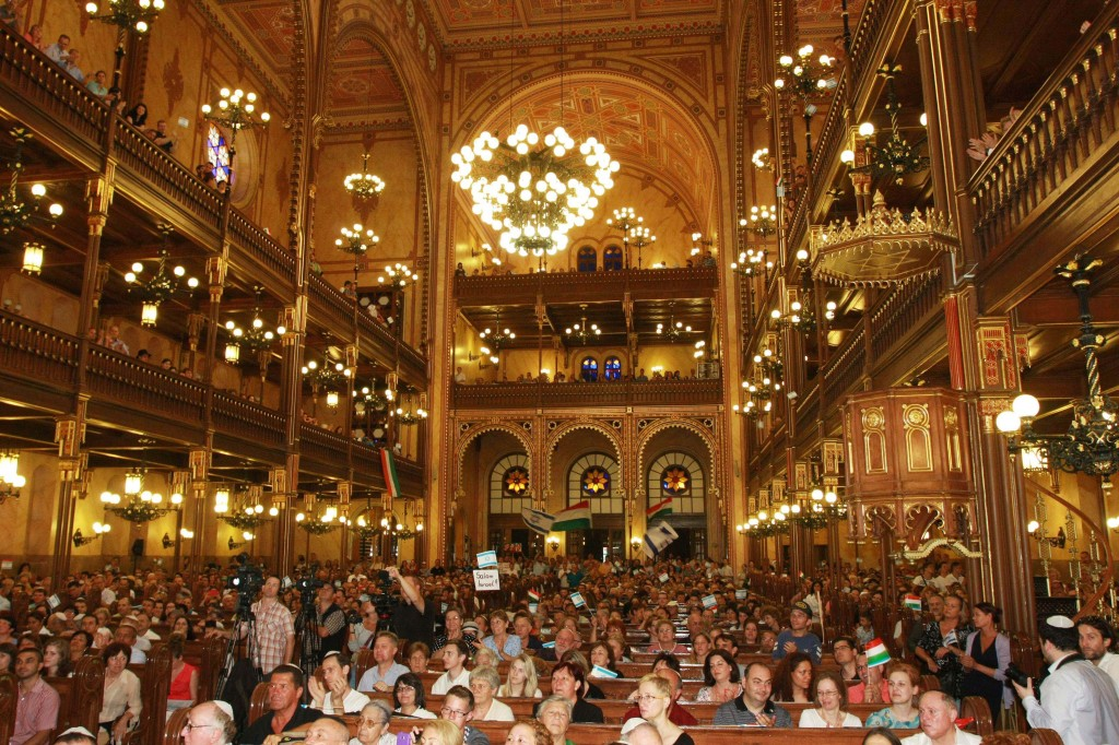 Thousands of Hungarians gathered Sunday in Budapest's prestigious Dohány Street Synagogue. Photo: Laszlo Somorjai