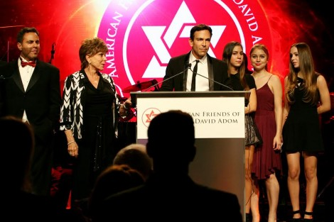 Recipient of the Humanitarian of the Year Award, Dr. Bill Dorfman, surrounded by family-Photo Noam Chen