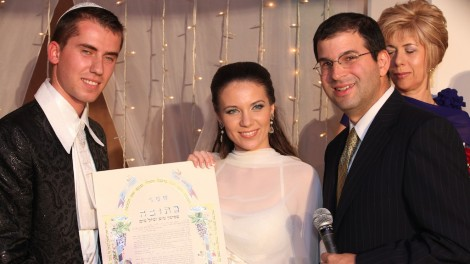 Rabbi Seth Farber, right, officiating at a wedding (photo courtesy)