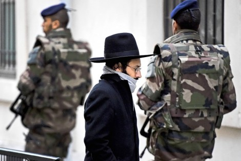 soldiers guarding jews