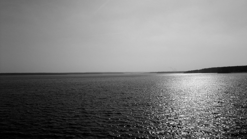 lakes_ocean_black_white_sunlight_reflection_water_sky_1920x1080