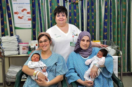 Arab and Jewish mothers and their babies (Photo: Ofir Levy, Kaplan Medical Center)
