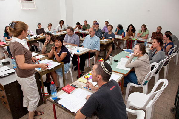 Ulpan Morasha students repeat sentences in Hebrew © Ulpan Morasha