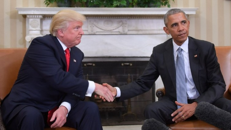 US President Barack Obama and President-elect Donald Trump shake hands during a transition planning meeting in the Oval Office at the White House on November 10, 2016 (JIM WATSON/AFP)