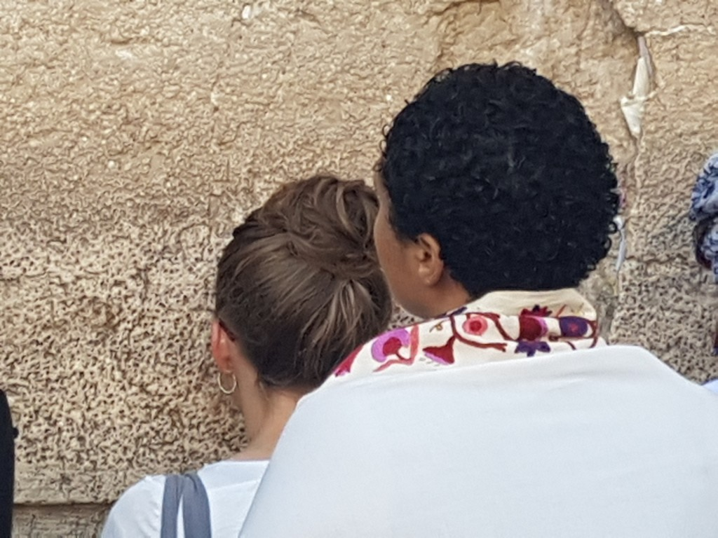 WOW worshiper visits the Western Wall for the first time (Photo: Hila Perl)