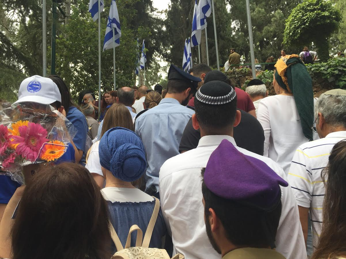 When the siren sounds on mount herzl shira pasternak beeri the yom hazikaron remembrance day on mount herzl 2017 fandeluxe Image collections