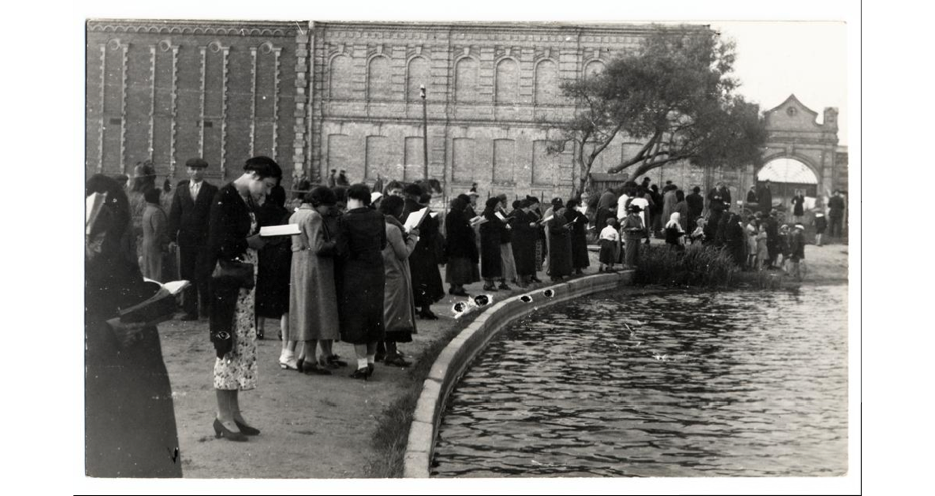 Tashlich, Šiauliai, 1930s. FROM THE ARCHIVES OF THE YIVO INSTITUTE FOR JEWISH RESEARCH, NEW YORK.