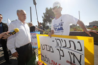 Noam Shalit, right, during protest on behalf of his captive son last month. Miriam Alster/Flash90