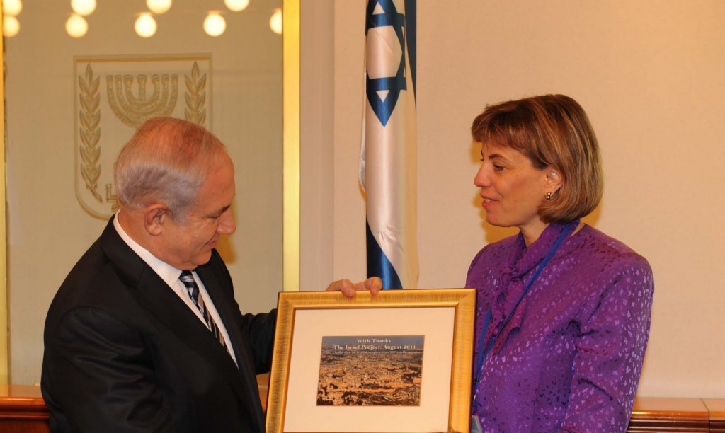 Jennifer Laszlo Mizrahi presents Prime Minister Benjamin Netanyahu with a plaque, August 2011. (Photo credit: The Israel Project/via JTA)