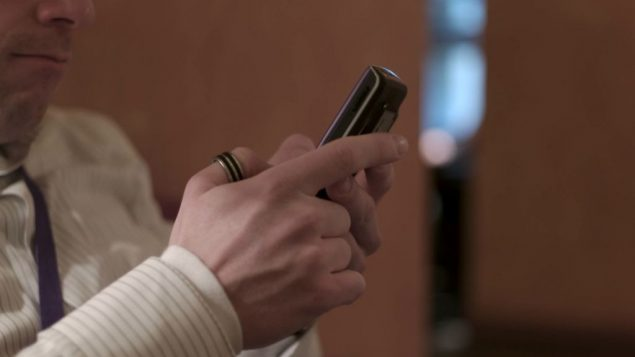 Is it tactful to text during Rosh Hashanah services?