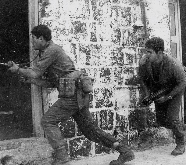Benjamin Netanyahu, right, training in 1971 (Photo credit: Wikicommons/ GPO)