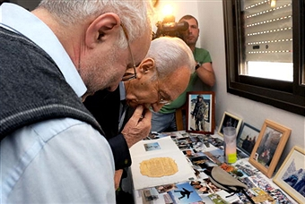 Israeli Prime Minister Shimon Peres visits the family of a soldier killed during Operation Cast Lead. Getty Images