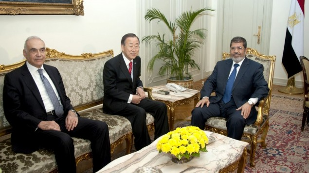 UN Secretary-General Ban Ki-moon, center, poses for photographers during his meeting with Egyptian Foreign Minister Mohammed Kamel Amr, left, and President Mohammed Morsi, right, in Cairo, Egypt on Wednesday (photo credit: AP/Egyptian Presidency)