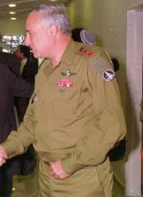 Amnon Lipkin-Shahak as chief of the General Staff in May 1995 (Photo credit: wikicommons)