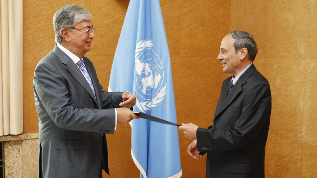 Israeli diplomat Eviatar Manor (right) presents his credentials to Kassym-Jomart Tokayev of the United Nations Office at Geneva, August 2012 (photo credit: Pierre Albouy/UN)