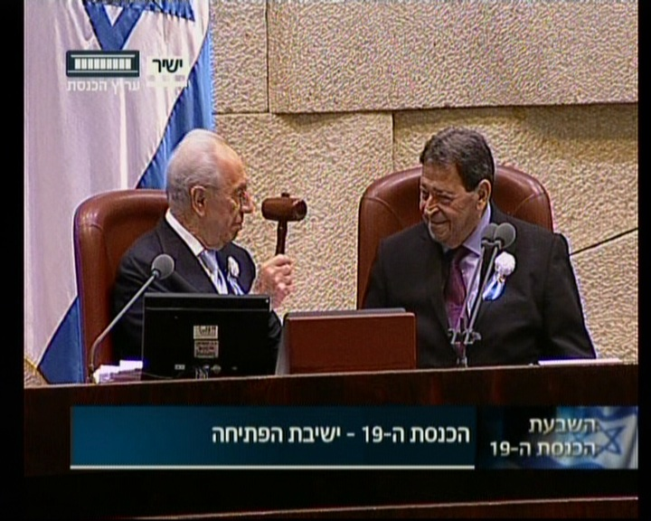President Shimon Peres hands the gavel over to Knesset elder, Labor MK Binyamin Ben Eliezer, to chair the swearing in section of the ceremony on Tuesday, February 5 (image capture: Knesset Channel)