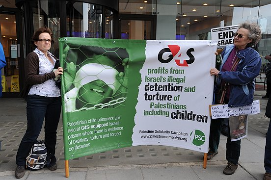 Protesters demonstrating against G4S in front of their offices in England. (photo credit: CC BY Stephen Sizer/Palestine Solidarity Campaign, Flickr)