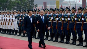 China&#039;s Prime Minister Li Keqiang and Prime Minister Benjamin Netanyahu review an honor guard at the Great Hall of the People in Beijing on May 8, 2013. (Photo credit: Avi Ohayon/GPO/FLASH90)