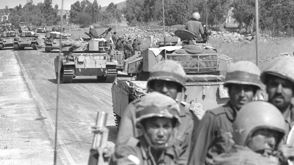Israeli troops rushing up to the northern frontier with the outbreak of the war, October 7, 1973 (Photo Credit: GPO/Eitan Harris)