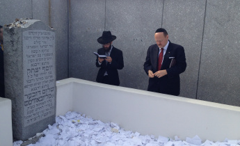 Joseph Lhota pays his respects at the grave of the penultimate Lubavitcher rebbe. Photo via NYCelects.com