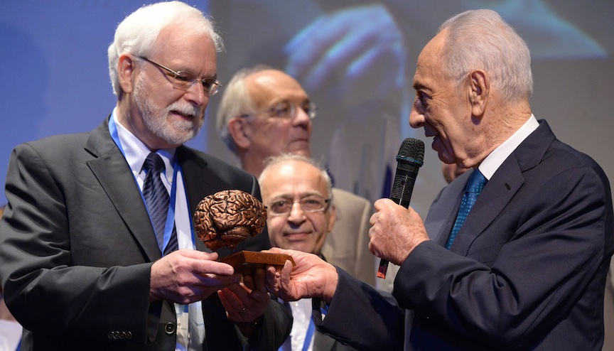 Dr. John Donoghue (L.) accepts the $1 million B.R.A.I.N Award from President Shimon Peres at the recent BrainTech 2013 event in Tel Aviv (Photo credit: Chen Galili)