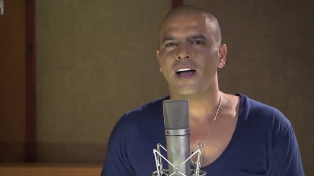 Eyal Golan chante 'Always My No. 1.' (Crédit : capture d'écran EyalGolanOfficial/YouTube)