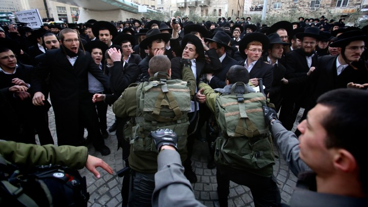 Ultra-Orthodox protesters clash with police, February 06, 2014 (photo credit: Yonatan Sindel/Flash90)