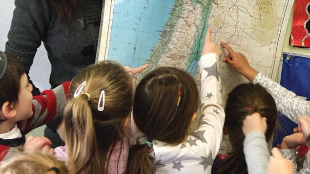 Early childhood director Alana Weinberg explores a map of Israel with the 4-year-olds at Stein Yeshiva. Michael Datikash/JW