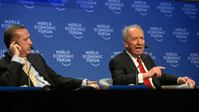 Le Premier ministre turc Recep Tayyip Erdoğan et le président israélien Shimon Peres au World Economic Forum à Davos, 2009 (Crédit : CC BY World Economic Forum/Flickr)