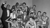 Le propriétaire, Eddie Gotlieb, célèbre la victoire de l'équipe Philadelphia Warriors au championnat de la NBA 1955-6 (Crédit : Autorisation de la NBA)