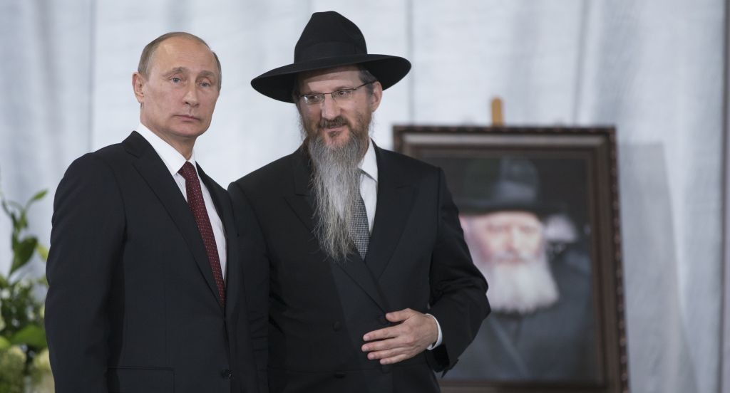 Russian President Vladimir Putin speaks with Russia's Chief Rabbi Berel Lazar in the Jewish Museum in Moscow, Thursday, June 13, 2013. (photo credit: AP Photo/Alexander Zemlianichenko)