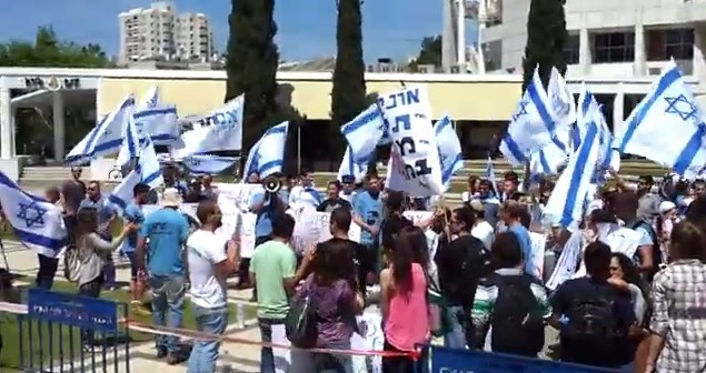 Des étudiants manifestent devant l'Université de Tel Aviv, le 6 avril 2014 (Crédit : capture d'écran Youtube)