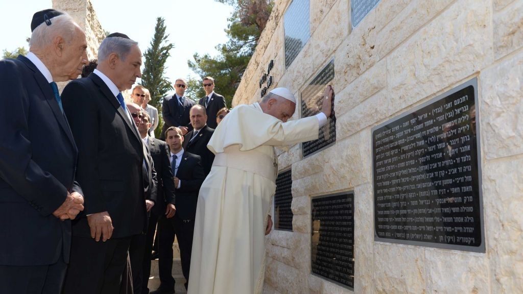 Prime Minister Benjamin Netanyahu and President Shimon Peres with Pope Francis at a monument in honor of victims killed in terror acts, at the Mount Herzl military cemetery in Jerusalem on May 26, 2014. (photo credit: Avi Ohayon/GPO/Flash90)