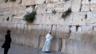 Le pape prie au mur Occidental (Crédit : Thomas Coex/ AFP)