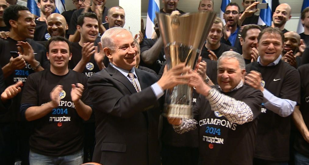 Israeli Prime Minister Benjamin Netanyahu congratulates the Israeli basketball team Maccabi Tel Aviv on May 19, 2014. Maccabi Tel Aviv won the Europe Cup in basketball with a score of 86-98 against Real Madrid, last night. (photo credit: Haim Zach/GPO/Flash90)