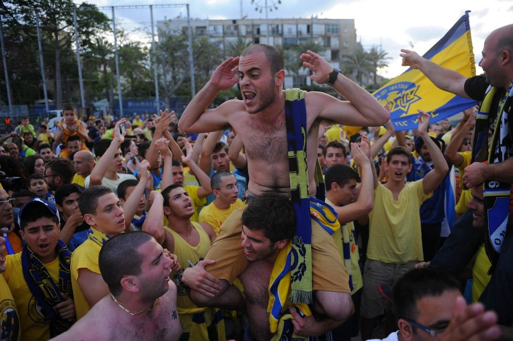 Thousands of Maccabi Tel Aviv basketball fans celebrate the basketball team's arrival at Rabin Square in Tel Aviv on May 19, 2014 after the Israeli team won the Euroleague Finals last night, beating Real Madrid with a score of 98-86. (photo credit: Flash90)