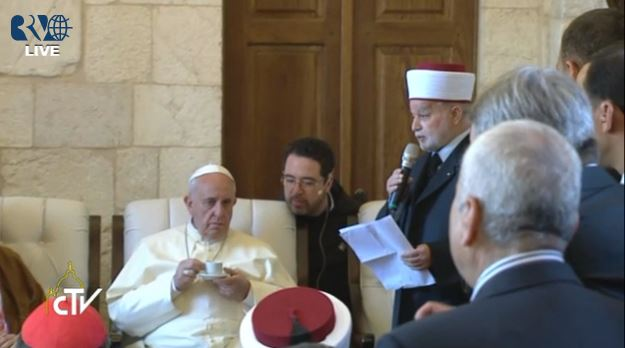 The grand mufti speaking to the pope Monday morning. (screen capture: Vatican TV)