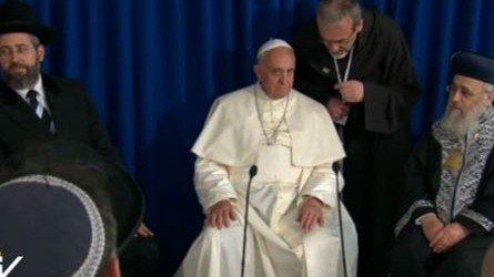 Pope Francis sitting between Yitzhak Yosef, left, and David Lau, right