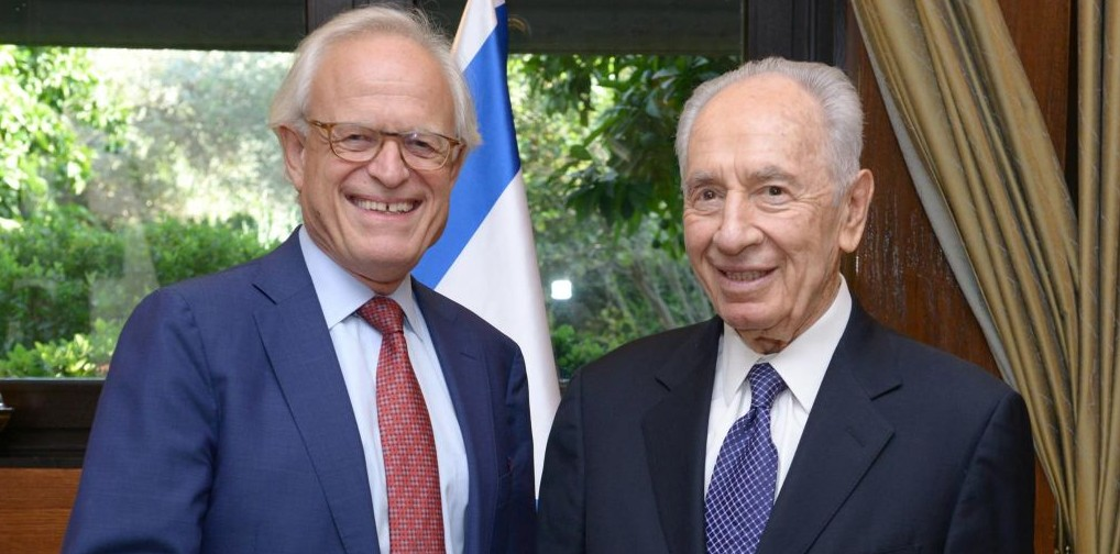 President Shimon Peres meets with the US Special Envoy for Israeli-Palestinian Negotiations, Martin Indyk, in Jerusalem on August 11, 2013. (Photo credit: Mark Neyman/GPO/FLASH90)
