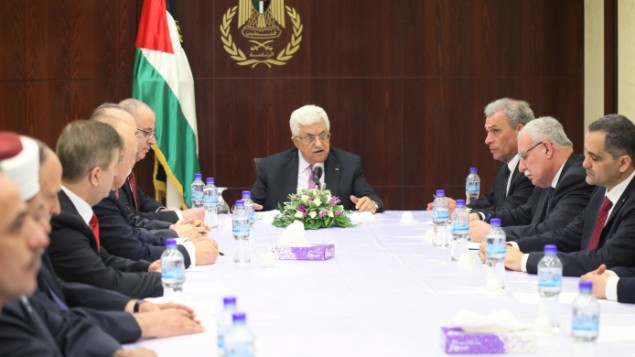 Mahmoud Abbas rencontre le nouveau gouvernment d'union nationale à Ramallah, le 2 juin 2014 (Crédit: Issam Rimawi/Flash90)