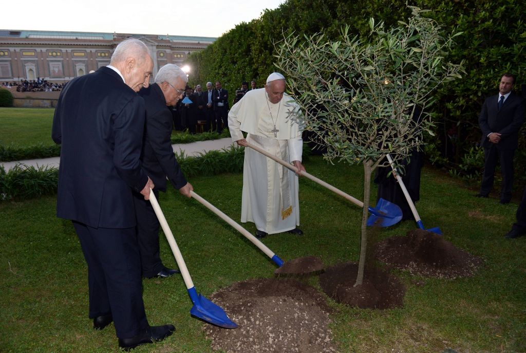 Pope Francis and the two presidents planting an olive tree in the garden (photo credit: Chaim Tzach/ GPO)