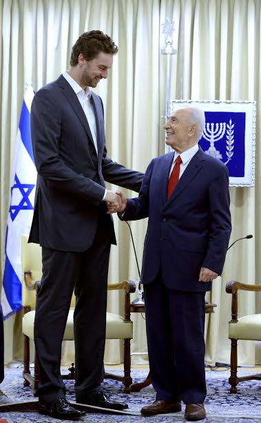 President Shimon Peres and his tall friend Pau Gasol, June 1, 2014 (photo credit: Mark Neiman/GPO)