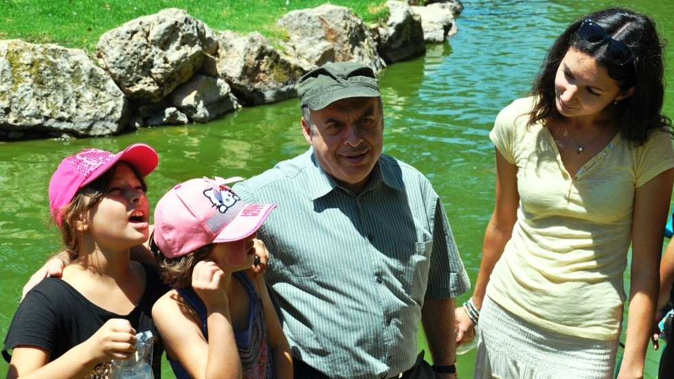 Jewish Agency chairman Natan Sharansky with a recent immigrant from St. Petersburg, Russia, and her two daughters at a Jewish Agency recreation activity for children from southern Israel at the Tisch Family Zoological Gardens (the Biblical Zoo) in Jerusalem. (photo credit: Nathan Roi/The Jewish Agency for Israel)